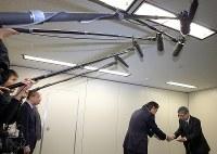 パイロットの飲酒問題について報告書を国交省に提出する日本航空の赤坂祐二社長(右)=同省で2018年11月16日午前10時、梅村直承撮影