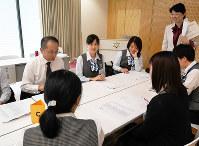 研修では金融機関での高齢者とのやりとりを演じながら、工夫すべき点について皆で検討した=京都府福知山市で、野口由紀撮影