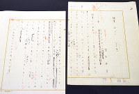 室生犀星が60代半ばの頃の自筆原稿。右上には、こよりで綴じた跡がある=金沢市千日町の室生犀星記念館で、中本泰代撮影
