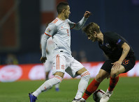 Spain's Paco Alcacer, left, challenges for the ball with Croatia's Tin Jedvaj during the UEFA Nations League soccer match between Croatia and Spain at the Maksimir stadium in Zagreb, Croatia, on Nov. 15, 2018. (AP Photo/Darko Bandic)