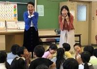 「顔を動かして『あいうえお』を言ってみよう」。子どもたちに指導する常世晶子さん(左)と茂木亜希子さん=東京都北区で田村佳子撮影