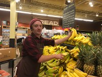 Bコーポレーションのスーパー「ニュー・シーズンズ」で売られるバナナは、売り上げの一部がメキシコやエクアドルに寄付される=米西部オレゴン州ポートランドで2018年8月、清水憲司撮影