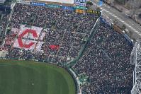多くの観客で埋まった阪神甲子園球場=兵庫県西宮市で、本社ヘリから加古信志撮影