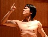 演目「全てが間違っている」でたばこを吸うポーズを撮る岩田守弘さん=モスクワの日本大使館で2018年11月9日、大前仁撮影