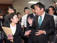 Chairman Yasuhiro Hanashi, right, of the House of Representatives Judicial Affairs Committee consults with Shiori Yamao, a lawmaker of the opposition Constitutional Democratic Party of Japan, after the committee's meeting of directors was adjourned on Nov. 16, 2018, inside the National Diet building. (Mainichi/Masahiro Kawata)