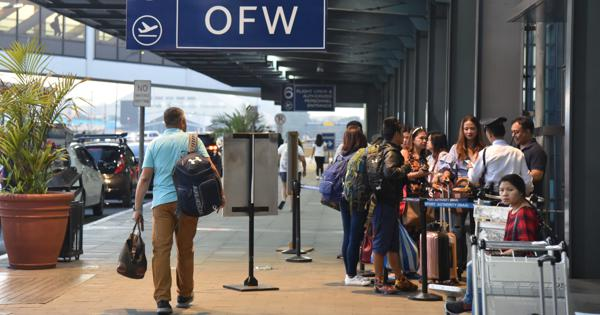 People line up at the exclusive entrance for OFWs (overseas Filipino workers) at Manila International Airport in the Philippine capital recently. (Mainichi/Aya Takeuchi)