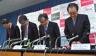 Officials of the Association of Japan Medical Colleges apologize for Tokyo Medical University's manipulation of the scores of some applicants at a news conference in Tokyo on Nov. 16, 2018. (Mainichi/Koichiro Tezuka)