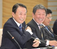 Deputy Prime Minister and Finance Minister Taro Aso smiles before a Cabinet meeting at the prime minister's office in Tokyo, on Oct. 23, 2018. (Mainichi/Masahiro Kawata)