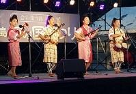 南大東島の民謡を披露するご当地グループ「ボロジノ娘」のメンバー=南大東村観光協会提供