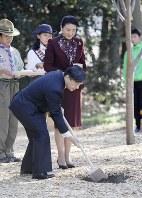 全国育樹祭で植樹される皇太子ご夫妻=東京都臨海部の中央防波堤埋め立て地で2018年11月17日、尾籠章裕撮影