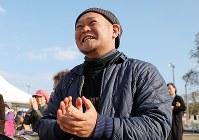 原発事故後初めて披露された三字の神楽に拍手を送る橋本和成さん。「すごく良かった。ホッとした」=福島県富岡町で2018年11月11日、喜屋武真之介撮影