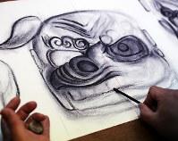 30年以上前に撮られた動画を見ながら、獅子頭を下書きする和成さん=福島県二本松市で2017年11月24日、喜屋武真之介撮影