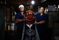 完成した獅子頭を手にする橋本和成さん(左)と弟の篤さん。父親は1999年に亡くなったが、和成さんが2003年に、篤さんも05年に修業を終えて福島に戻り、2人で役割分担しながら店を支えている=福島県二本松市で2018年9月7日、喜屋武真之介撮影
