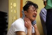 原発事故後初めての披露の場となる「ふるさとの祭り」に向け、神楽を練習する西山賢二さん(48)。獅子頭をかぶるのは2011年2月以来だ。年齢も重ねて体力も衰え、祭り用に約15分に短縮した舞を踊り終えると噴き出す汗をぬぐい、「あーっ」と厳しい表情を浮かべた=福島県いわき市で2018年10月28日、喜屋武真之介撮影