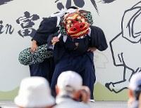 大勢の観客の前で披露された三字の神楽=福島県富岡町で2018年11月11日、喜屋武真之介撮影