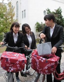 大阪信愛学院短大の学生がデザインしたひったくり防止カバー=宮川佐知子撮影