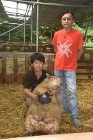 「被災地を羊で元気にしたい」と夢を語る金藤克也さん(右)=宮城県南三陸町で、町野幸撮影