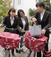 大阪信愛学院短大の学生がデザインしたひったくり防止カバー=大阪市城東区で、宮川佐知子撮影
