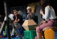 京都賞受賞を記念し開かれたワークショップの参加者と話すジョーン・ジョナスさん(中央)=京都市左京区で、久保玲撮影