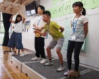 交流会の間違い探しゲームでポーズをとる子どもたち=東京都品川区の明晴学園で