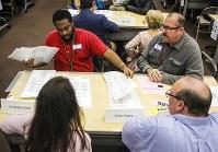 米中間選挙の票を手作業で数え直す係員=米南部フロリダ州オーランドで16日、AP