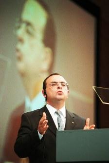 決算発表でリバイバルプランの達成状況を答えるカルロス・ゴーン日産自動車社長=東京・赤坂プリンスホテルで2001年5月17日、加古信志撮影