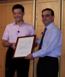 本社機能移転が決まり、会見する日産のカルロス・ゴーン社長(右)と横浜市の中田宏市長=同市内のホテルで2004年6月24日撮影