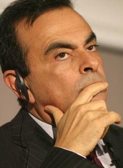会見で厳しい表情を見せるカルロス・ゴーン社長=東京都中央区で2009年2月9日、武市公孝撮影