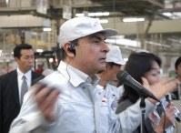 いわき工場の復旧について説明する日産自動車のカルロス・ゴーン社長=福島県いわき市で2011年5月17日撮影