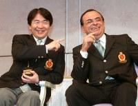 席上で談笑するベスト・ファーザー賞を受賞した竹中平蔵経済財政担当相(左)とカルロス・ゴーン日産社長=東京都内のホテルで2001年6月5日、竹内幹撮影