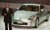 新型フェアレディZの発表会でプレゼンテーションする日産自動車のカルロス・ゴーン社長=東京・有明コロシアムで2002年7月30日、塩入正夫撮影