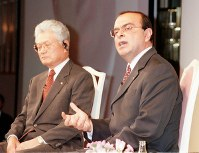 経営再建計画発表後、記者からの質問に答えるカルロス・ゴーン日産自動車COO(最高執行責任者)。左は塙義一社長=都内のホテルで1999年10月18日、加古信志撮影