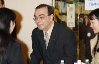自著のサイン会にご機嫌顔で現われたカルロス・ゴーン日産自動車CEO(最高経営責任者)=東京・池袋の書店で2001年11月11日、中村琢磨撮影