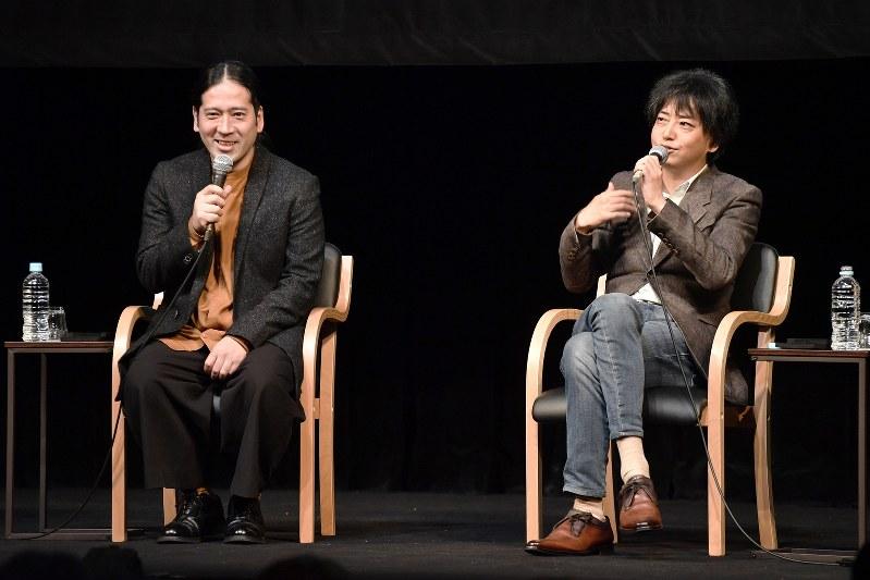 作家の又吉直樹さん(左)と中村文則さん=2018年11月16日、藤井達也撮影