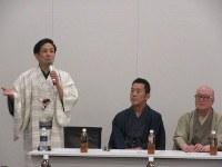落語議連設立総会であいさつする桂米団治さん(左)=衆院第1議員会館で2018年11月20日、油井雅和撮影