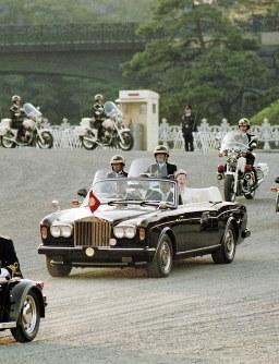 即位祝賀パレードで皇居前広場を進む天皇、皇后両陛下を乗せたオープンカー=東京都千代田区皇居外苑で1990年11月12日
