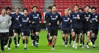 キルギス戦に向けて練習する日本代表=愛知県豊田市の豊田スタジアムで2018年11月19日午後5時13分、丹下友紀子撮影