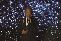 ステージで「昴」を歌う音楽家の谷村新司さん=上海市内で2018年11月8日、工藤哲撮影