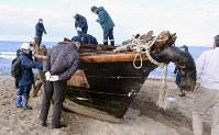 木造船の内部を確認する警察官ら=秋田市で、川口峻撮影