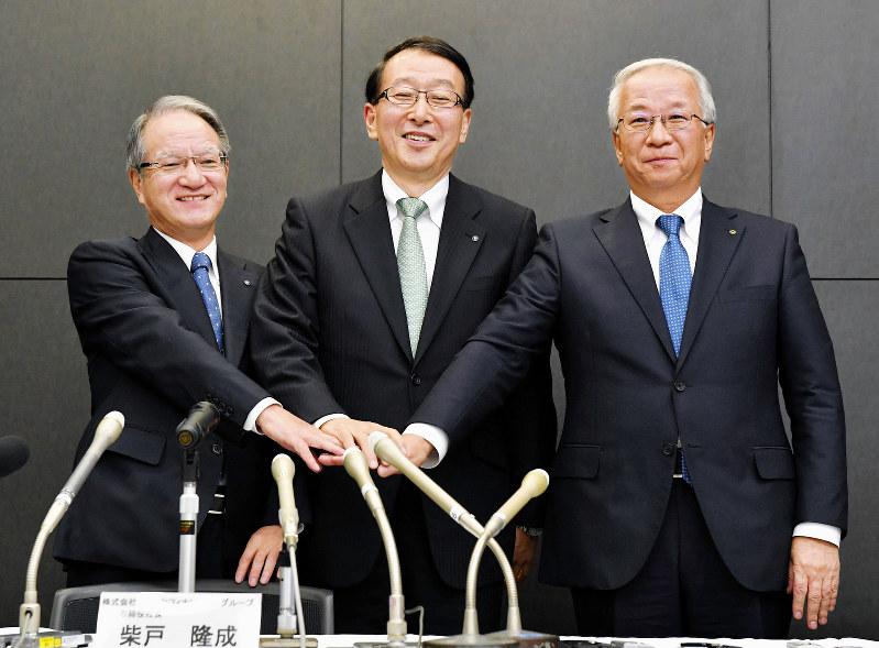 地銀再編は始まっているが……。左から、統合が決まった親和銀行の吉沢俊介頭取、ふくおかフィナンシャル・グループの柴戸隆成社長、十八銀行の森拓二郎頭取