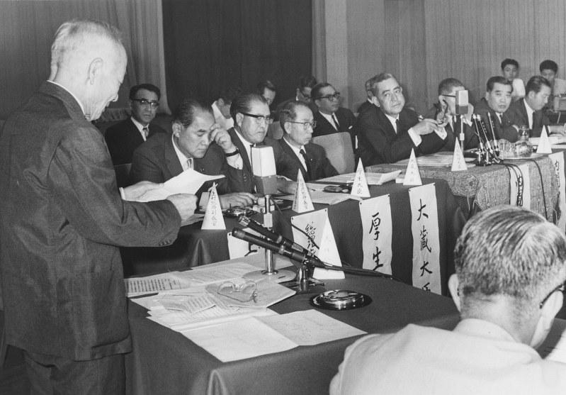 社会保障制度審議会の権威は高かった(1966年の会合で佐藤栄作首相らに要望を述べる大内兵衛会長〈写真左〉)