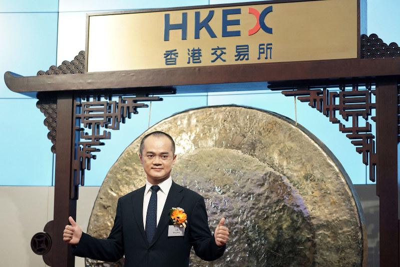 香港証券取引所に上場した美団点評の王興CEO。公開価格は69香港ドル(約970円)だった(Bloomberg)