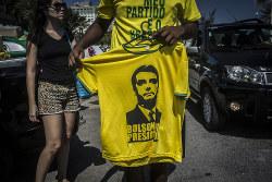 路上では新大統領のイメージを使ったTシャツ販売も