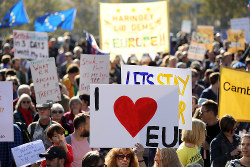離脱交渉が長期化し、新たな国民投票を求める声も