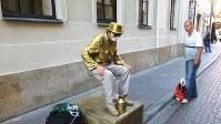ワルシャワ旧市街の大道芸人。酔っぱらった通行人が驚いていた(写真は筆者撮影)