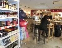 消費増税に伴い、税体系が複雑になる。飲食スペースがあるスーパーでは、持ち帰りか店内で食べるかで税率が変わる=東京都内で9月26日、今村茜撮影