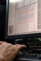 パソコン上でもデータ復旧は目で見ながら手作業で行われることが多いという=大阪市北区で2018年10月20日、小松雄介撮影