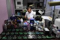 ハードディスクなど記憶装置の基板を修理する下垣内太さん=大阪市北区で2018年10月20日、小松雄介撮影