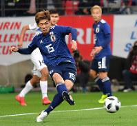 【日本-キルギス】後半、ゴールを決める大迫=豊田スタジアムで2018年11月20日、大西岳彦撮影