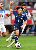 【日本-キルギス】後半、ドリブルで攻め上がる中島=豊田スタジアムで2018年11月20日、大西岳彦撮影